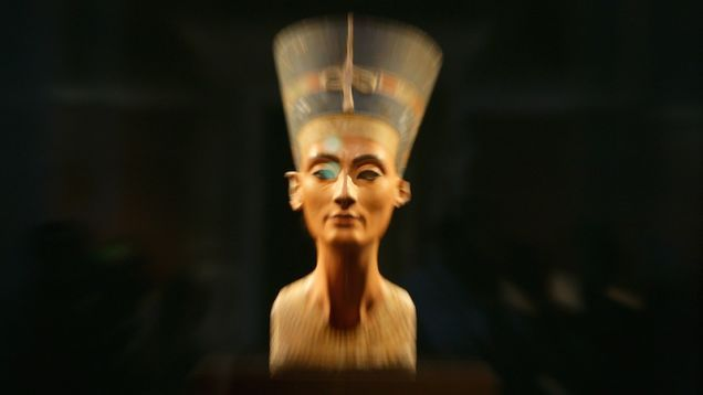 Archeologist Thinks He's Found Nefertiti's Tomb (Inside King Tut's)
