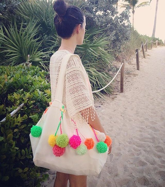 Pumpum Beach Bag / Sac de plage à pompoms de la boutique HortenseJessua sur Etsy et eshop on www.hortensejessua.com