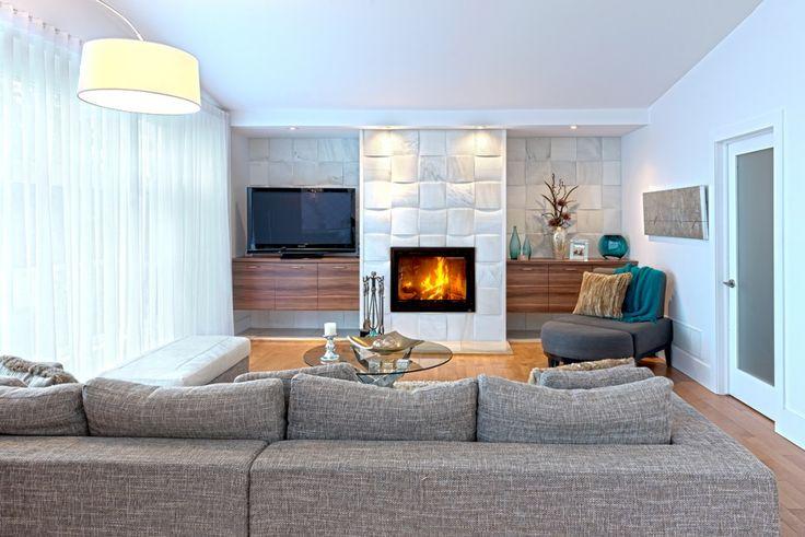 Salon avec foyer d'un de nos projets personnalisés.