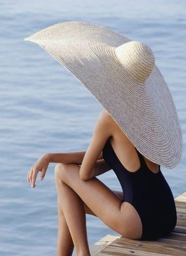 Co nie którzy twierdzą, że kapelusz to element kobiecości- ja się pod tym podpisuję.  Elegancja, szyk, klasa i 100 % kobiecości.Kapelusz jesienią i zimą chroni naszą głowę przed wiatrem i mrozem, latem natomiast przed słońcem . Mały poradnik jaki i komu i dlaczego właśnie taki a nie inny kapelusz pasuje znajdziecie na moim blogu: http://fashionandstyle-emiliawrobel.blogspot.com/2013/06/kapelusze.html