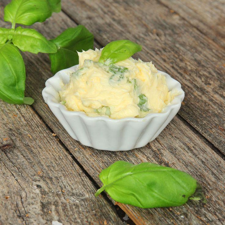 Färsk basilika i smöret är gudomligt gott. Ät det gärna på en bit fröknäcke – magiskt!