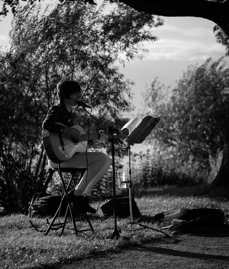 So many talented #artists on #maschseefest2017 in #hannover.  #maschsee #musican #guitarsolo #hannoverliebt #hannoverfotografie #hannoverstagram #blackandwhitephotography #blackandwhitephoto #instadaily #fujixt2 #fujilove #songs #livemusic