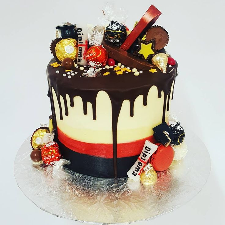Waikato themed graduation  drip cake