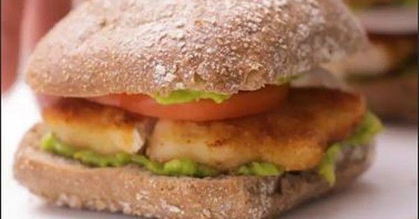 Wiadomo, że wszystko, co domowe, jest lepsze. Dziś proponujemy ci przepis na domowego burgera z kurczaka z pastą z awokado. Spróbujesz?