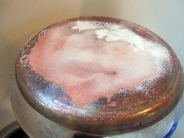 bakpoeder ,azijn en zout en je pan is weer proper