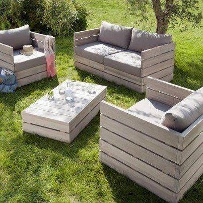 Juego de sillones para jardin hecho de pallets.