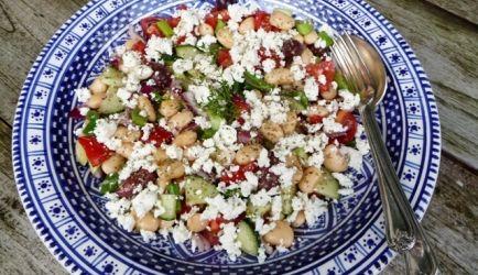 Deze salade zou zo gebruikt kunnen worden in de saladebar van een Grieks restaurant. Je ziet wel eens vaker van die lekkere grote witte reuzenbonen in Griekse...