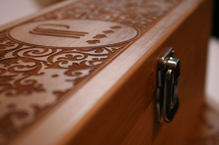 Gravure sur bois sur coffret de vin par LuxTenebraeFr pour le Casino Partouche