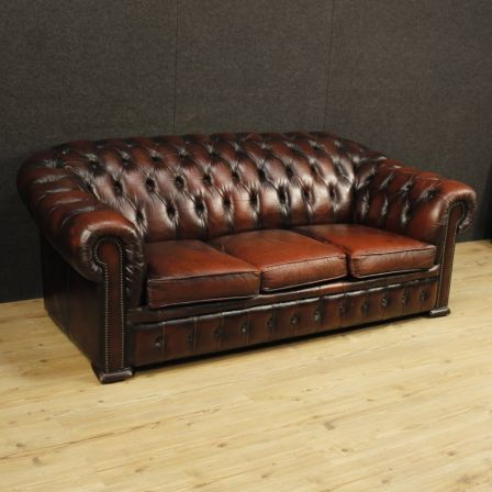 2000€ English Chesterfield sofa in leather. Visit our website www.parino.it #antiques #antiquariato #furniture #antiquities #antiquario #chair #armchair #fauteuil #decorative #interiordesign #homedecoration #antiqueshop #antiquestore #sofa #couch #leather #english #chesterfield