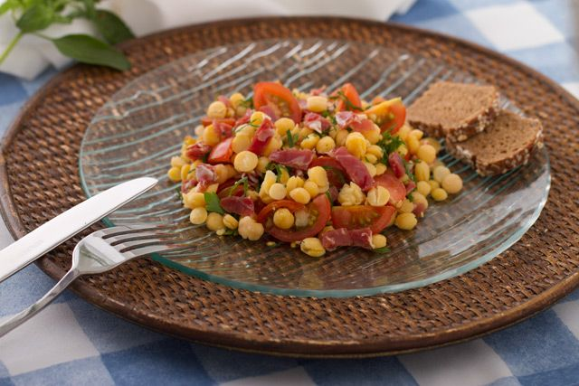 Un excelente banquete es esta ensalada de garbanzos con jamón serrano. ¡Atrévete a prepararlo!  http://www.vidabanquete.cl/blog/2012/08/01/ensalada-de-garbanzos-con-tomates-cherry-menta-y-jamn-serrano