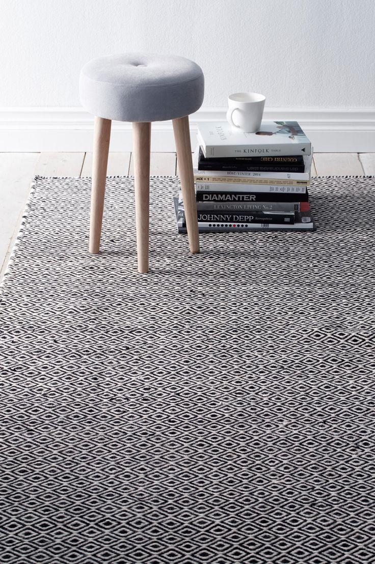 """Ellos Ekeby. Fint teppe med klassisk mønstret """"gåseøye"""". Varp av bomull."""
