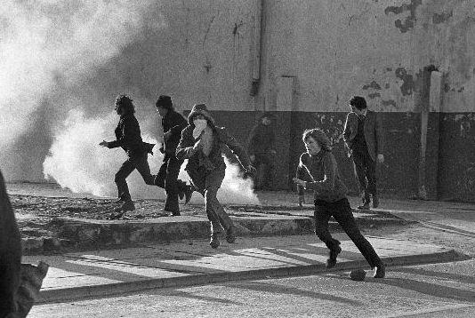 Bloody Sunday. Au cours d'une manifestation en Irlande du Nord, des civils sont abattus par l'armée britannique. L'IRA (Armée républicaine irlandaise) posera une bombe en représailles dans un camp militaire anglais. Le groupe de rock U2 a fait de cet évènement de 1972 l'une de ses plus célèbres chansons : Sunday Bloody Sunday.