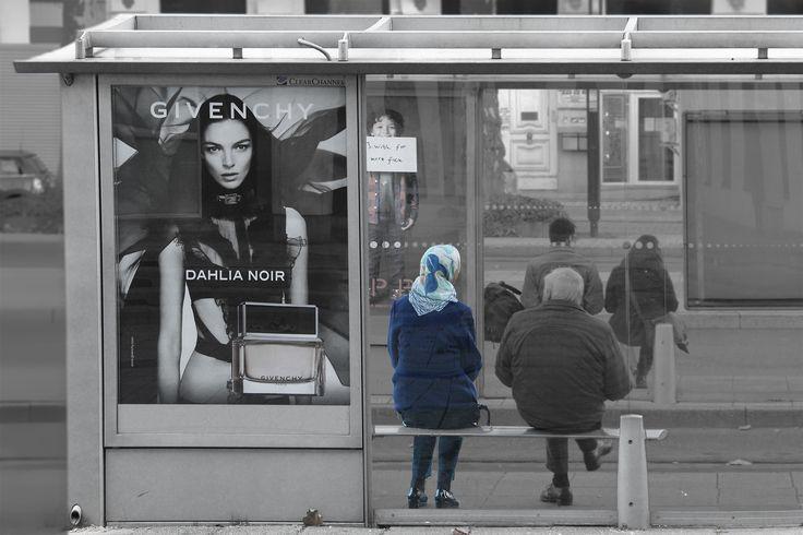 Straatfotografie - bushok - mode - reclame - street photography - busstation - fashion - publicity
