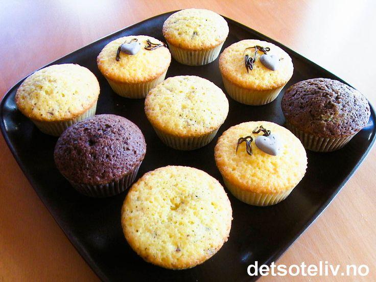 """""""Lettvinte muffins"""" er små, SUPERGODE muffins, som er SUPERRASKE å lage. Deigen skal bare røres sammen med en sleiv, og etter 10 minutters steking er muffinsene klare! Du kan tilsette smak etter ønske. Oppskriften gir 10 stk."""