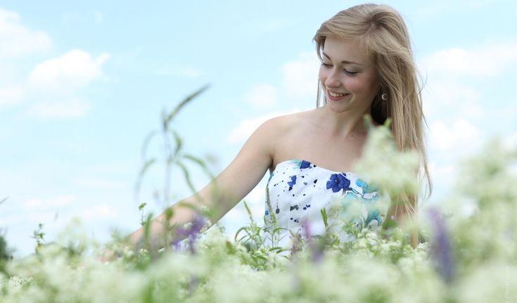 Při jarní procházce můžeme spojit příjemné sužitečným. Mnoho běžných rostlin se hodí pro přípravu domácí kosmetiky: violka regeneruje, kopřiva projasňuje, magnólie vyhlazuje vrásky…