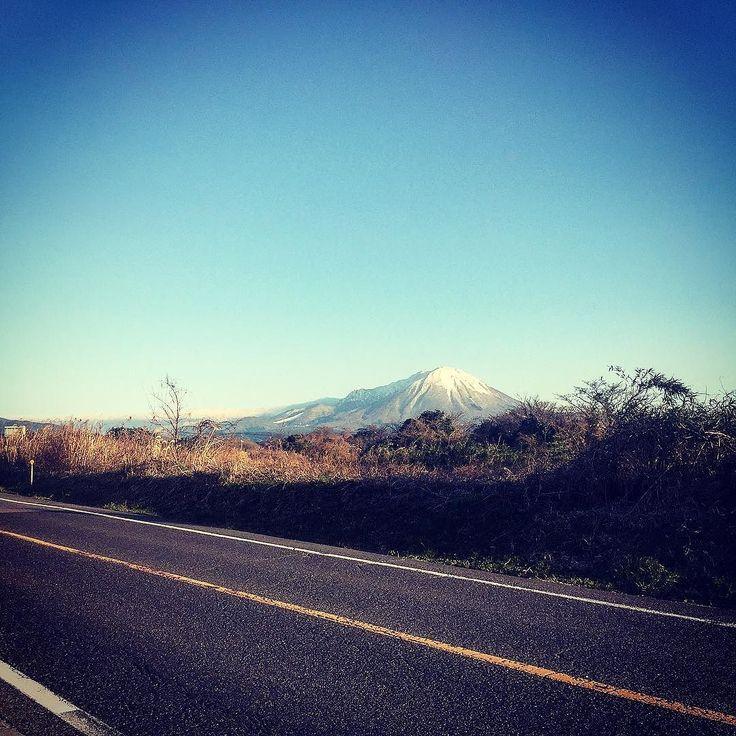 鳥取県にある大山最近は天気が良い日が続き大山が綺麗に見える雲も一切ない暖かく1月とは思えないな #日本 #japan #photo #写真 #travel #trip #japanese #旅行 #japantrip #japantravel #鳥取 #tottori #traveljapan #おすすめ #観光 #beautiful #自然 #風景 #光 #空 #sky #雲 #blue #nature
