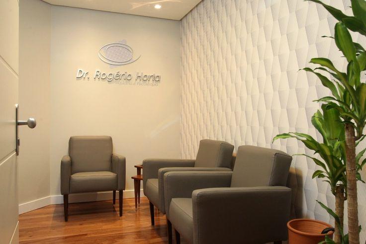 CONSULTÓRIO MÉDICO CONSULTÓRIO PSIQUIATRIA - Com parede curva, sala de espera, circulação como instrumento de barreira de som e banheiro. Área = 37m².