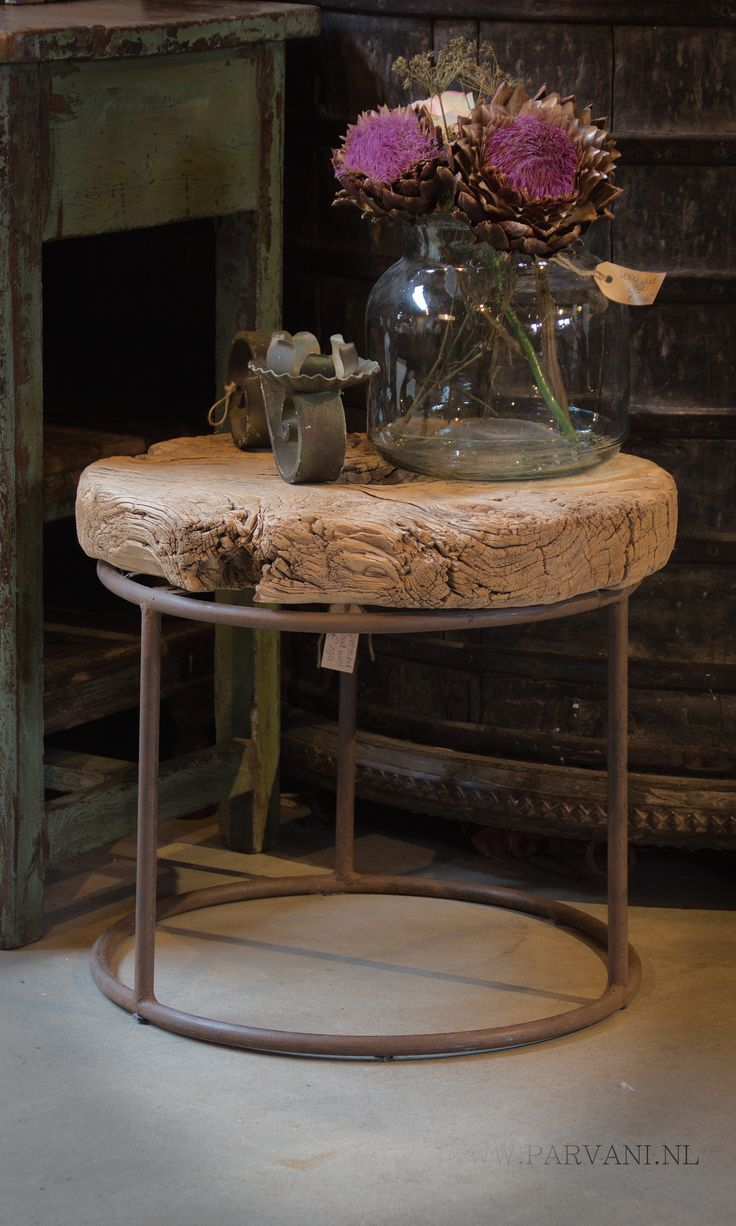 Parvani | bijzet-tafeltje-rond-oud-hout-wiel-ijzer-onderstel