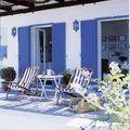 terraza con persianas azules