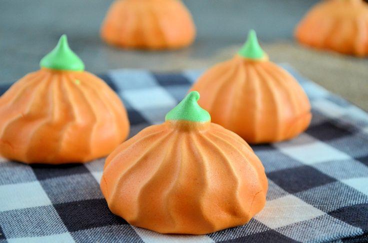 Maak deze leuke pompoen schuimpjes voor Halloween. Om ze nog enger en griezeliger te maken gebruik je chocola voor het maken van een eng gezichtje.