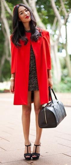 Какие аксессуары подобрать под красное пальто