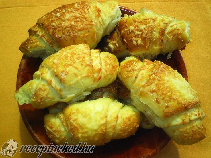 Hozzávalók: 50 dkg liszt 2 db tojás sárgája 2,5 dl natúr joghurt kb 1 dl tej 1 tk cukor 1 tk só fél dl olaj 3 dkg élesztő Töltelék: reszelt sajt kb. 10 - 1