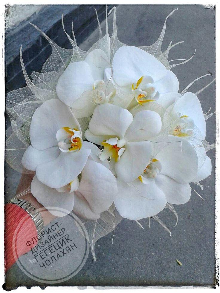 Букет невесты из белых орхидей на портбукетнице