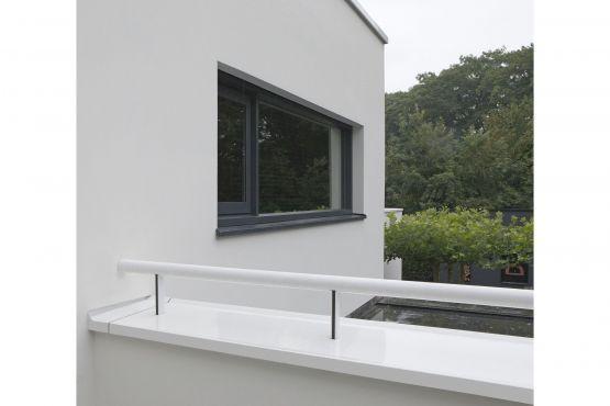 Roval   Specialist in aluminium bouwproducten voor dak & gevel. De voordelen van aluminium komen optimaal tot uiting in het ontwerp van deze indrukwekkende villa: strakke belijning, subtiele constrastwerking van materialen en ranke detaillering ten behoeve van de transparantie.