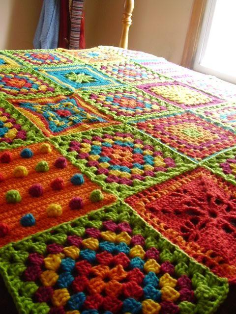 Cobertor com quadrados diversos em crochê