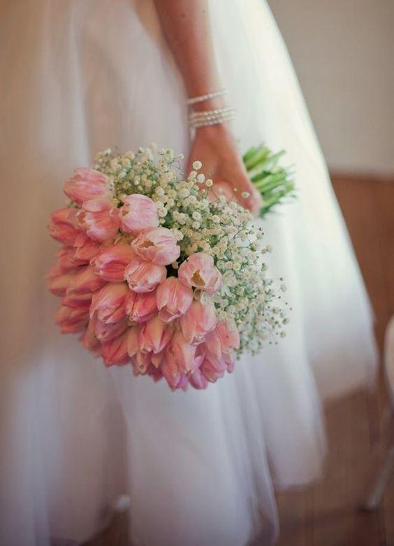 Ramo de novias estilo domo redondo con tulipanes y gipsófilas como nube alrededor.