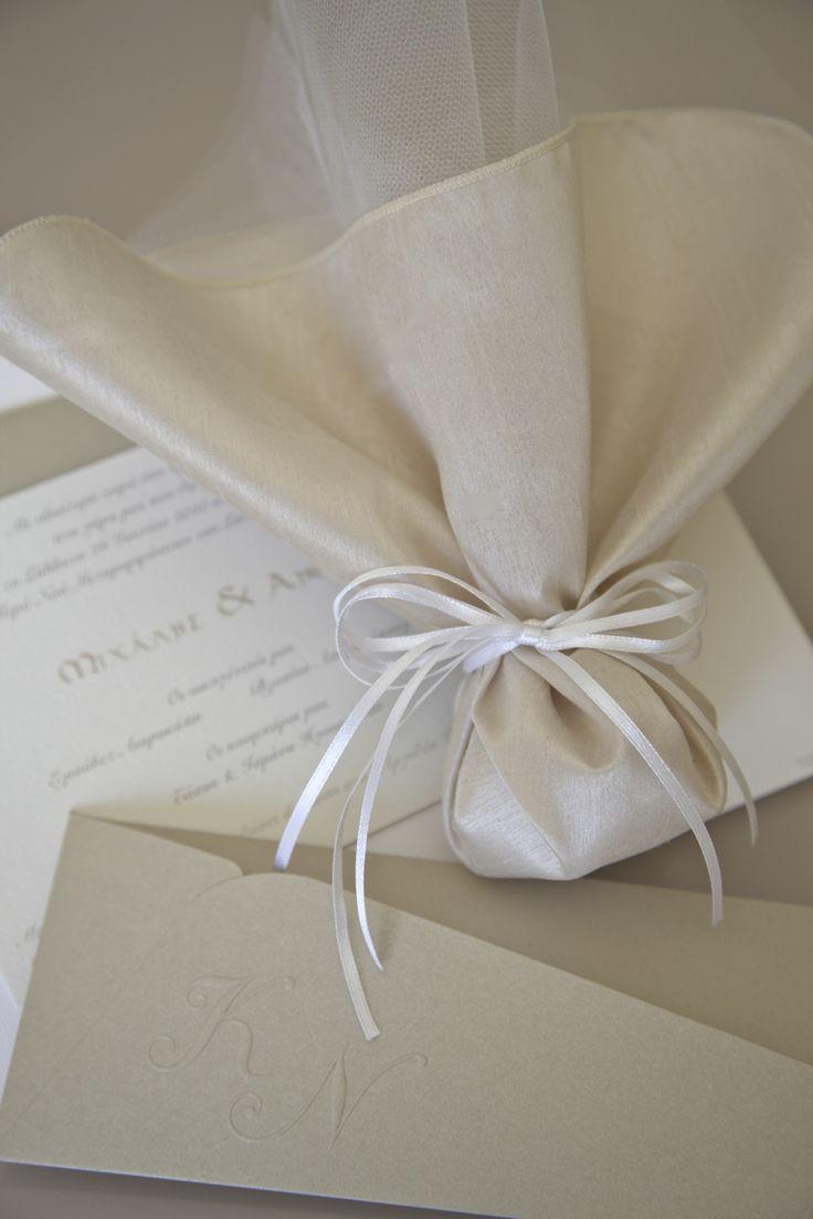 #μπομπονιερες γαμου με μαντήλι στο χρώμα της μόκας και λευκή satin κορδέλα