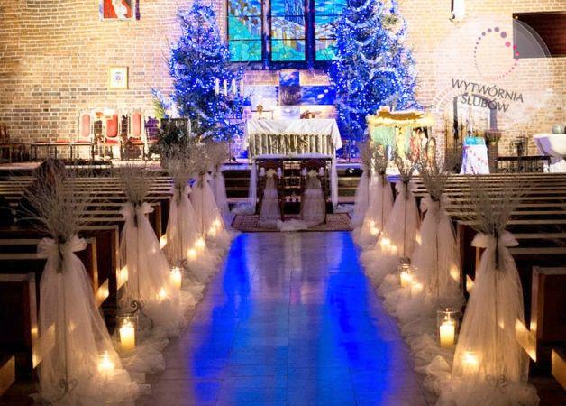 Galeria Zimowy ślub i wesele - Karolina & Daniel: Zimowy ślub - zimowa dekoracja kościoła   Winter wedding church decorations, white sticks, candles, blue light