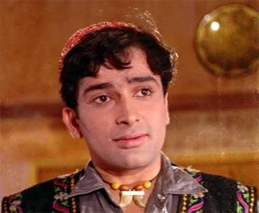 Shashi Kapoor as  the gullible Raja in Jab Jab Phool Khile.