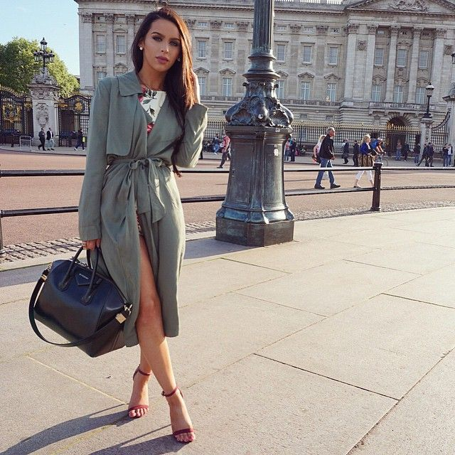 Instagram media carlibel - One more from earlier☺️ London is so beautiful❤️ @thefashionbybel CAN'T WAIT TO MEET SOME OF YOU SATURDAY! Follow me on snapchat! Carlipenguin5