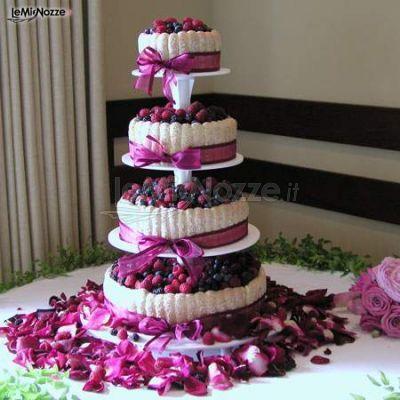 Torta nuziale a piani di colore lilla con decorazioni di frutta e petali di fiori. Guarda tutta la gallery>> http://www.lemienozze.it/gallerie/torte-nuziali-foto/torte-lilla/