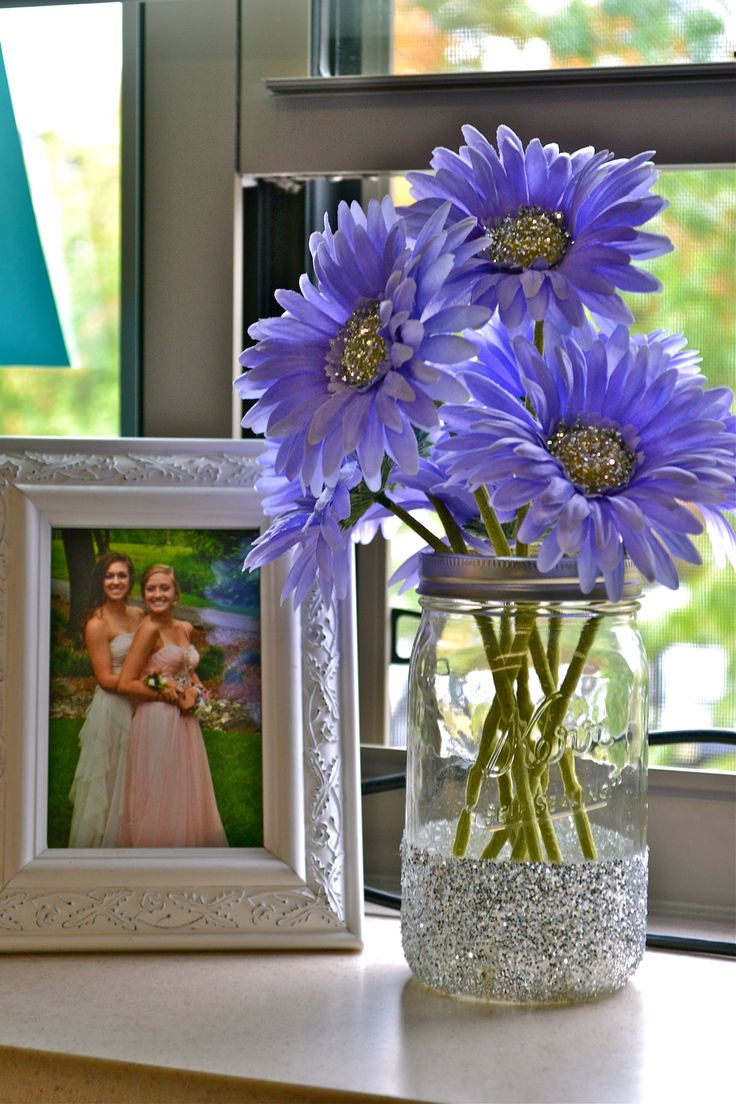 Easy to make and inexpensive, this super cute craft adds a much needed pop of color to any room. Say hello to sparkly mason jars and glittery flowers!