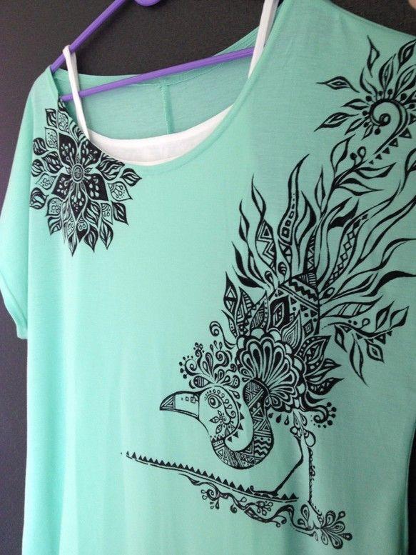手書きTシャツになります。1点1点、丁寧に描きました。手書きですので、1点ものになります。レディースTシャツ Mサイズ水色と緑色の中間色の様な色です。 手書き...|ハンドメイド、手作り、手仕事品の通販・販売・購入ならCreema。