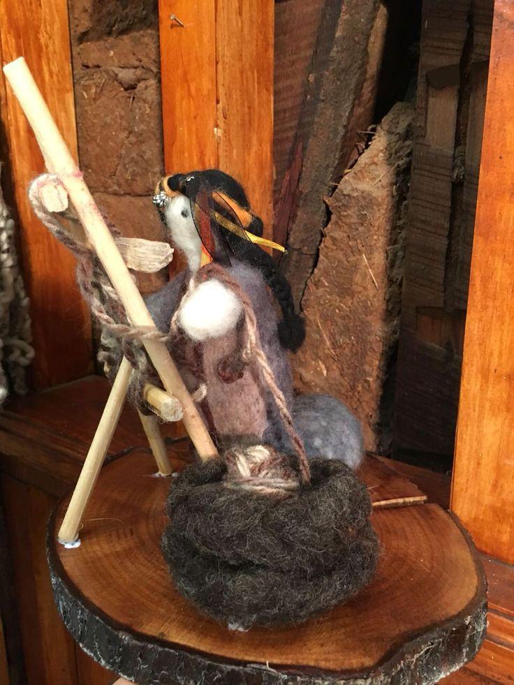 Mujer Mapuche haciendo telar  de t