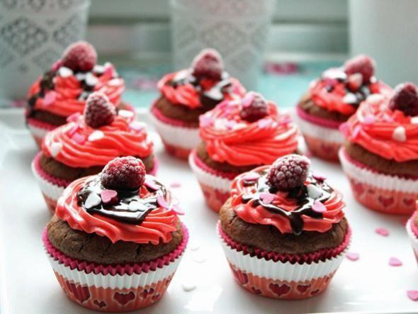 Welch süße Sünde: Diesen himmlischen Schoko-Himbeer-Cupcakes mit flüssigem Kern kann niemand widerstehen. Verwöhnen Sie Ihren Liebsten und begeistern Sie ihn mit einem süßen Geschmackserlebnis - am Valentinstag oder einfach so als Liebesbeweis zwischendurch.