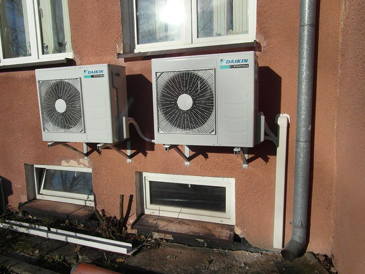 Jednostki zewnętrzne do dwóch klimatyzatorów Daikin, jednostki wewnętrzne znajdują się w pom. serwerowni