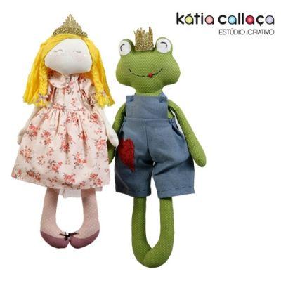 <p>O Projeto contém 1 foto colorida 10x15, moldes em tamanho real e instruções passo a passo.</p> <div>NÃO contém material para confecção do boneco.</div> <p>Uma história com sapos e princesas, um mundo de sonho, com tecidos, agulha e linha nas mãos a menina começou a tecer suas ideias.</p> <p>E assim, nasceram lindas bonecas encantadas e inspiradas nos clássicos contos de fada.</p>