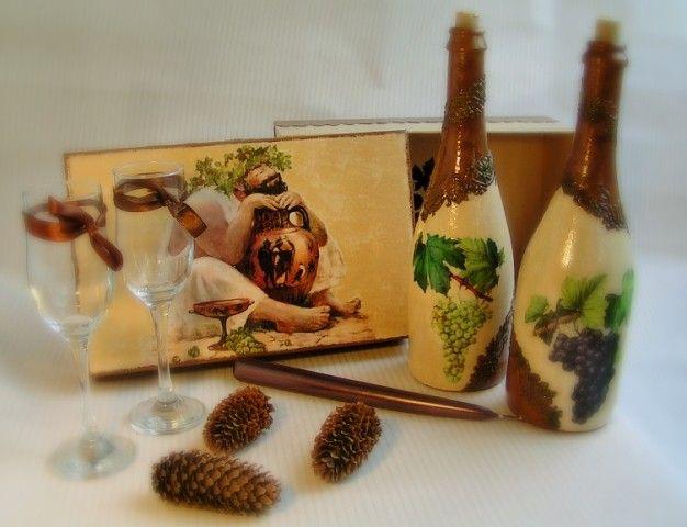 Подарочный набор бутылок под вино. 2 500 руб.   Бутылки могут использоваться по назначению. Коробка покрыта так же несколькими слоями лака и может долгое время использоваться для хранения мелочей.  Будет необычным подарком для ваших близких! Купить подарки для интерьера. Декупаж. Ручная работа. Наборы для кухни. Декоративная посуда.