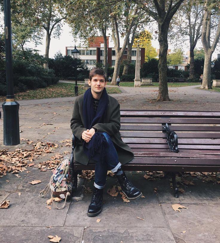 Liebe Freunde! Danke für eure netten und zahlreichen Geburtstagsgrüße gestern. Ich freue mich sehr darüber! Dominik (a.k.a. @meinemelange) hat mich gestern Früh überrascht und ist mit mir nach London geflogen wo ich nun entspannt und weise in die Ferne blickend (da ich ja nun ein Jahr älter und automatisch weise bin) auf Parkbänken verweile. Beste Grüße vielen Dank und ein schönes Wochenende euer Michi