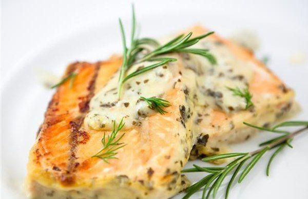 Запеченный лосось по-гречески    Рыба, запеченная в греческом стиле: с оливками, помидорами и фетой. Вы можете запекать так не только лосось, попробуйте приготовить в этом стиле любую другую рыбу.    Ингредиенты:    8 кусочков филе лосося с кожей (по 125 г каждый)  3 ст.л. оливкового масла  4 помидора дамские пальчики  1/2 стакана раскрошенной феты  1/4 красной луковицы  1 ст.л. нарезанного свежего базилика  4 крупные маслины  1 ст.л. лимонного сока    Способ приготовления:    Разогрейте…