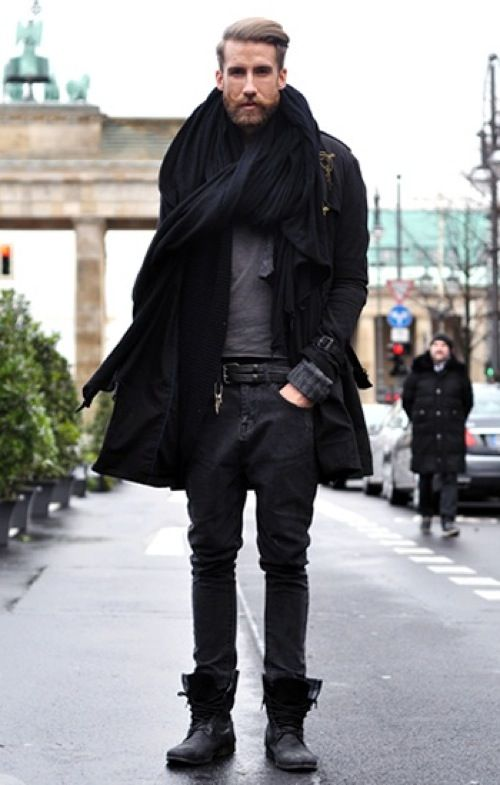 Comprar ropa de este look: https://es.lookastic.com/moda-hombre/looks/gabardina-cardigan-jersey-con-cuello-barco-vaqueros-botas-bufanda-correa/7631   — Bufanda Negra  — Cárdigan de Punto Negro  — Jersey con Cuello Circular Gris  — Gabardina Negra  — Correa de Cuero Negra  — Vaqueros Gris Oscuro  — Botas de Cuero Negras