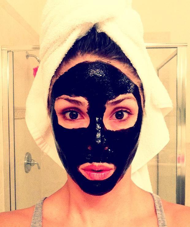 Die Gesichtsmaske #BlackMask ist legendär. Doch hält sie wirklich was sie verspricht? Eliminiert sie jeden einzelnen #Mitesser und glättet die #Haut? Wir haben sie getestet!