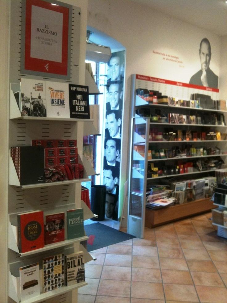 Lo scaffale della libreria la Feltrinelli Point di Pomigliano