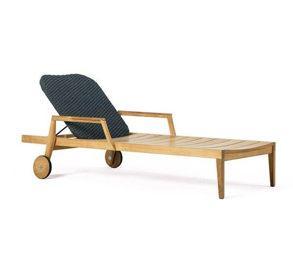 Knit è una Collezione Outdoor che nasce dalla proficua collaborazione tra Ethimo e Patrick Norguet. Una serie di arredi completa, che comprende sedia, divano, poltrona, lettino e tavolini. Ogni elemento ha una struttura in teak o in mogano nero e le sedute sono dotate di sedile in corda nera incrociata.Questo comodo lettino prendisole è pensato per trascorrere lunghi momenti di relax. Si tratta di un modello regolabile, che mantiene lo stesso stile degli altri arredi nel poggiatesta…
