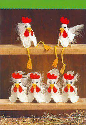 Des cartons d'oeuf, de la feutrine rouge, de la feutrine jaune, des yeux, et des plumes.