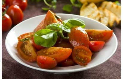 Włoska sałatka z marynowanych pomidorów - przepis z portalu Przepisy.pl
